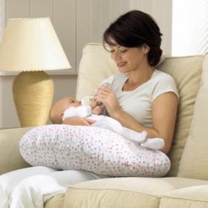 Кормление новорожденного.